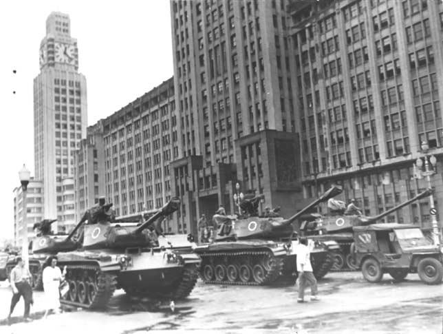 Tanques em pleno centro do Rio de Janeiro, março de 1964; Fonte desconhecida.