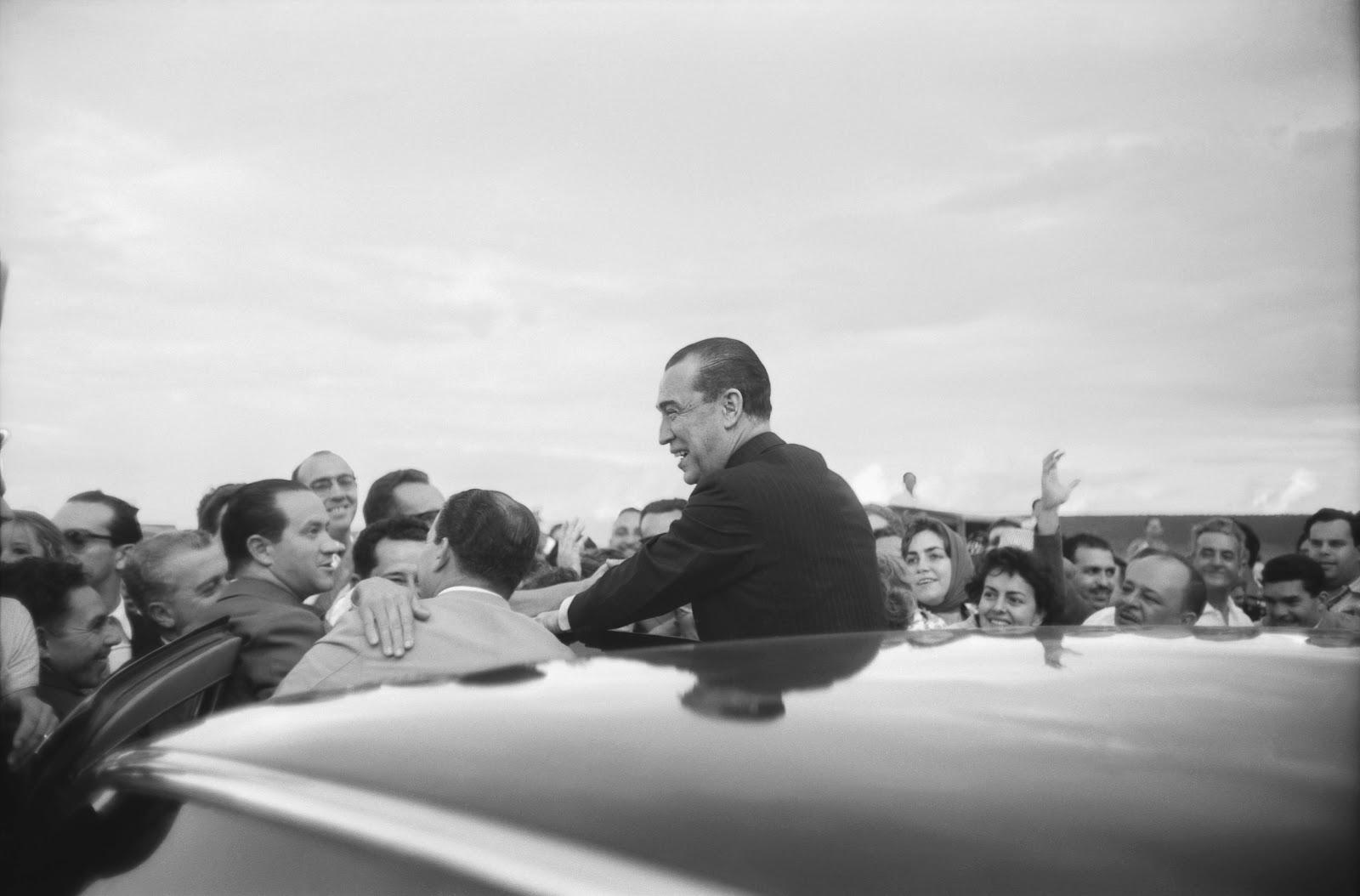 JK inaugurando Brasília; Foto de Marcel Gautherot, acervo do Instituto Moreira Salles